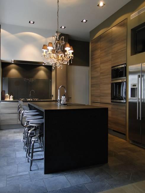 Sanierung einer Gründerzeitvilla für eine 6-köpfige Familie:  Küche von AID-Studio