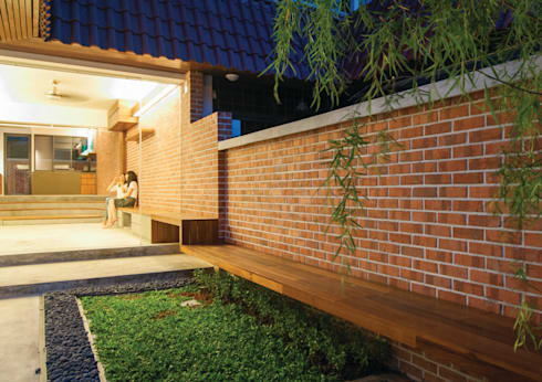 Terrace House at Robin Road: asian Garden by Quen Architects