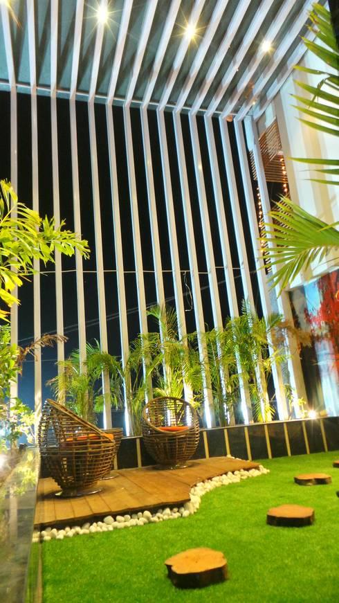 Bungalow :  Garden by Shadab Anwari & Associates.