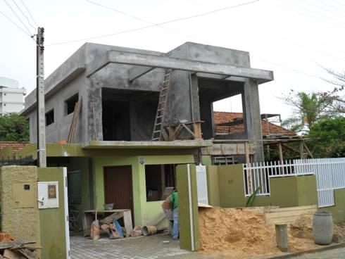REESTRUTURAÇÃO DA RESIDÊNCIA: Casas familiares  por Janete Krueger Arquitetura e Design