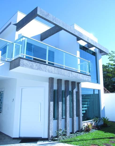 EDIFICAÇÃO NOVA: Casas familiares  por Janete Krueger Arquitetura e Design