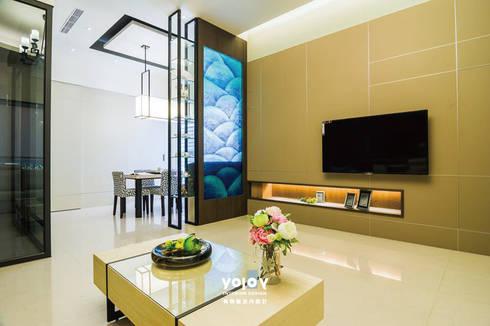 潺禪。垂影 - 現代隱禪:  客廳 by 有容藝室內裝修設計有限公司