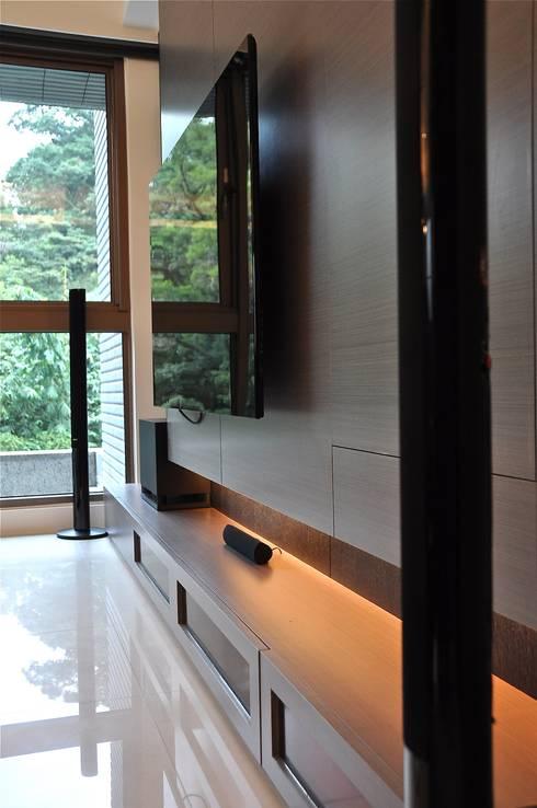 木柵林:  客廳 by 觀林設計