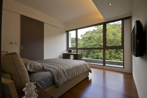 木柵林:  臥室 by 觀林設計