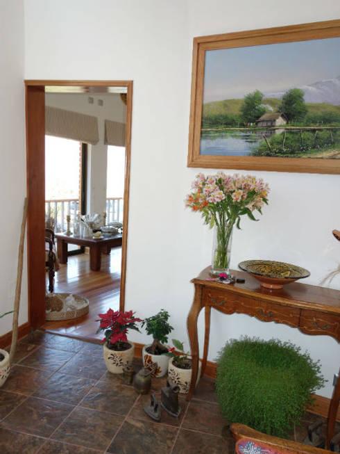 Vivienda L52 Fundo Loreto, La Serena.: Pasillos y hall de entrada de estilo  por Territorio Arquitectura y Construccion