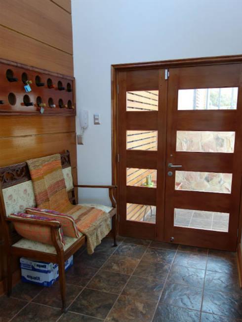 Vivienda L52 Fundo Loreto, La Serena.: Pasillos y hall de entrada de estilo  por Territorio Arquitectura y Construccion - La Serena