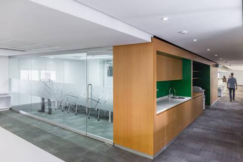Nueva sede de Tecnoconsult: Oficinas y Tiendas de estilo  por CENTRAL ARQUITECTURA