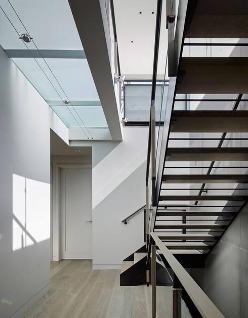 Telegraph Hill:  Corridor & hallway by Feldman Architecture