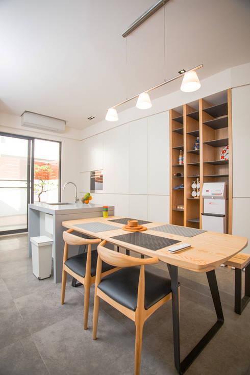 台南 謝宅:  餐廳 by 直譯空間設計有限公司