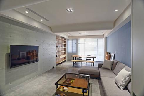 台南 謝宅:  客廳 by 直譯空間設計有限公司