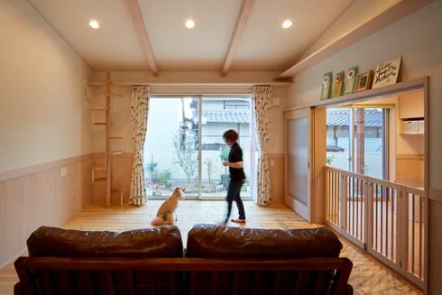 愛犬愛猫家住宅~ジョエルとその仲間たち~: stage Y's 一級建築士事務所が手掛けたリビングです。