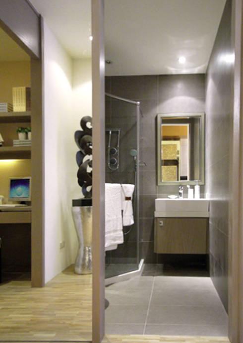 台北大安美術館樣品屋:  浴室 by 直譯空間設計有限公司