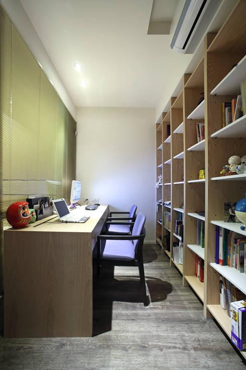 南港 楊宅:  書房/辦公室 by 直譯空間設計有限公司
