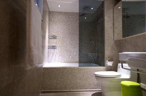 台北 忠孝東路 蔡宅:  浴室 by 直譯空間設計有限公司