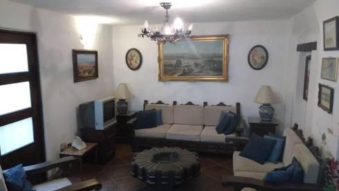 PROPIEDAD CASA DE LA VIRGEN: Salas de estilo clásico por RUAH ARQUITECTOS