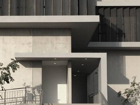 PARQUE INDUSTRIAL Y DE OFICINAS CASTILLO: Estudios y oficinas de estilo moderno por EEC Arquitectos
