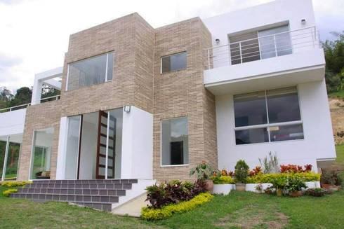 FACHADA: Puertas y ventanas de estilo moderno por KAYROS ARQUITECTURA DISEÑO INTERIOR