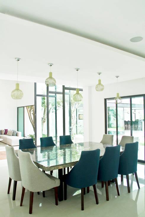CASA DEL ARBOL: Comedores de estilo moderno por Vau Studio