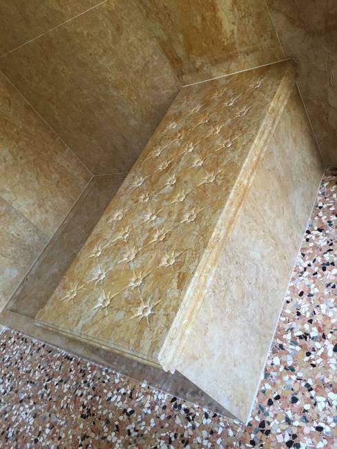 Comoda para ducha en marmol Amarillo Real: Baños de estilo  por Giemme Marmi