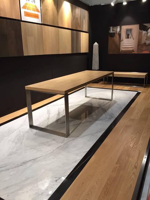 Piso en marmol y madera: Paredes y pisos de estilo clásico por Giemme Marmi