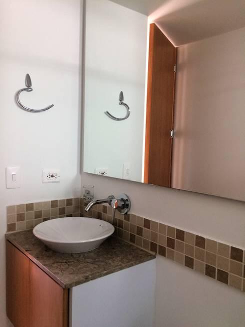 Baño: Baños de estilo moderno por FARIAS SAS ARQUITECTOS