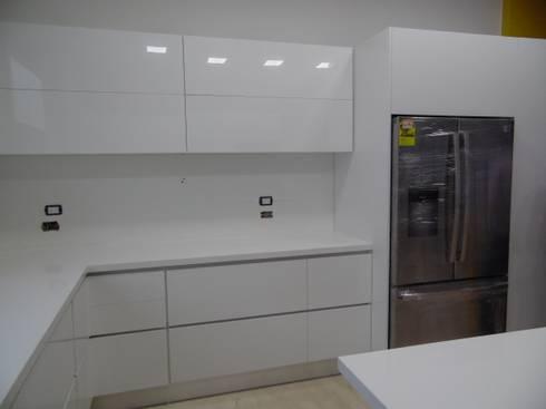 Cali - Colombia (Cocina Eléctrica): Cocinas de estilo moderno por TRES52 - Mobiliario