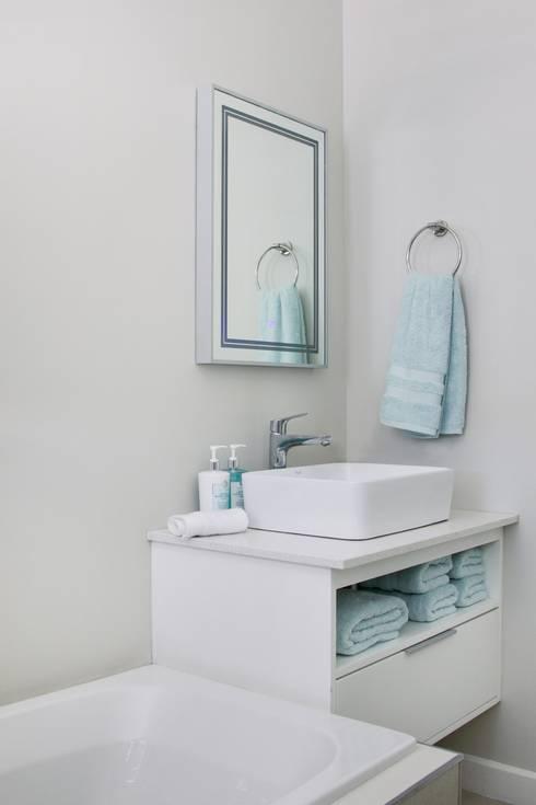 Guest bathroom: modern Bathroom by Salomé Knijnenburg Interiors