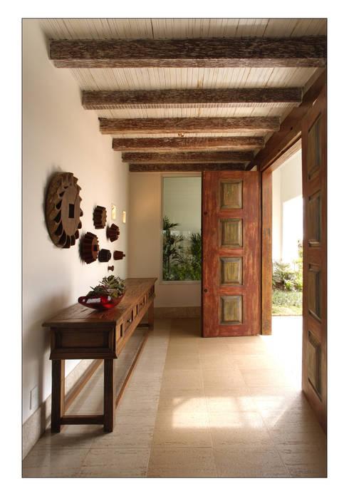 Pasillos y vestíbulos de estilo  por Luciana Savassi Guimarães arquitetura&interiores