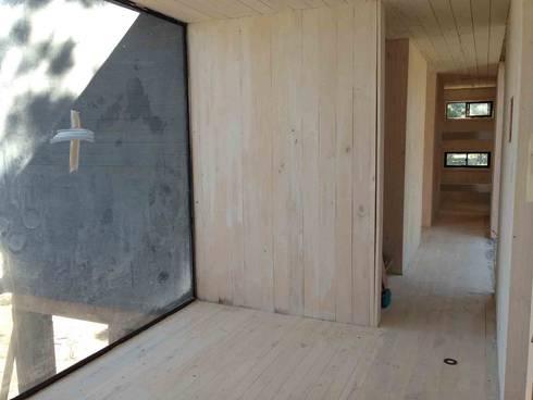 Casa del Bosque: Pasillos y hall de entrada de estilo  por Nido Arquitectos