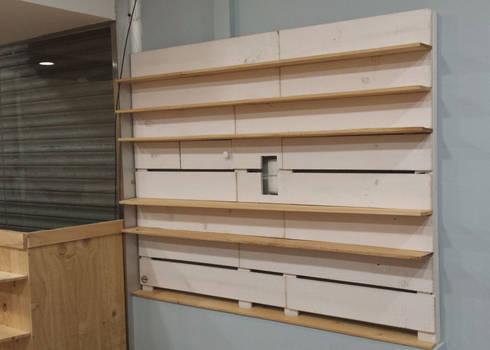 panel estanteras en tienda para tapar cuadro luces estudios y despachos de estilo moderno de - Estanterias Hechas Con Palets