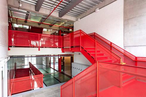 La Salle College: Pasillos y vestíbulos de estilo  por MRV ARQUITECTOS