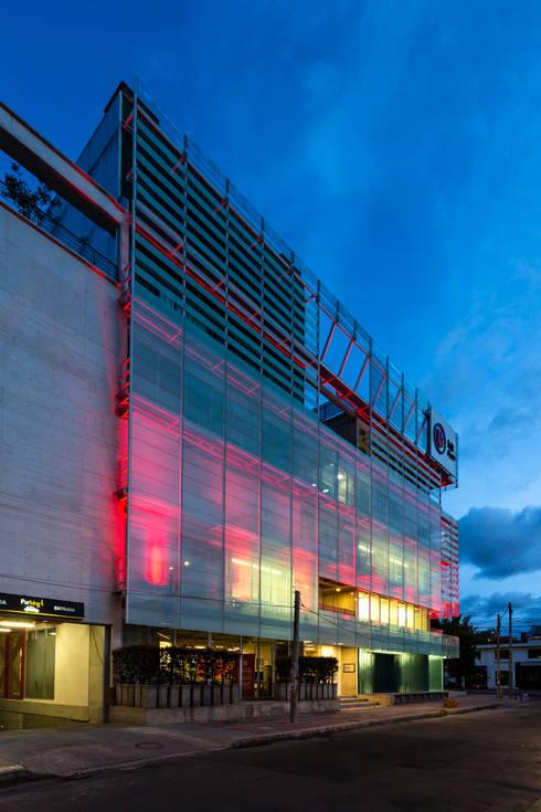 La Salle College: Paredes de estilo  por MRV ARQUITECTOS
