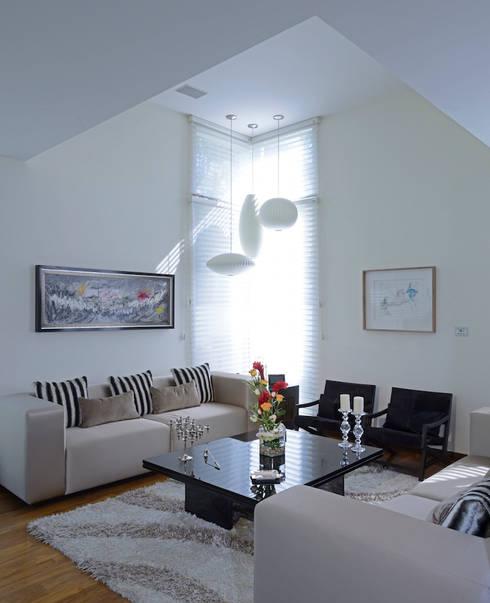 Salas de estar modernas por Spacio