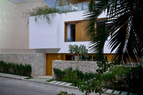 Fachada frontal, projetada para ter harmonia com a vizinhança.: Casas modernas por Oswaldo Magalhães Filho - PAAL