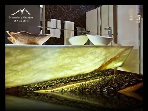 GREEN ONYX: Baños de estilo  por MARMOLES & GRANITOS MARKMOL