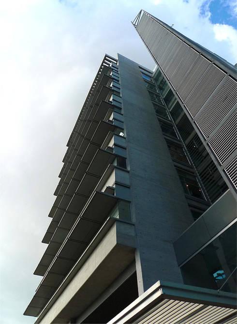 Torre Proksol: Paredes de estilo  por MRV ARQUITECTOS