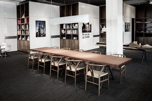 War Table:  Office spaces & stores  by HB Design Pte Ltd