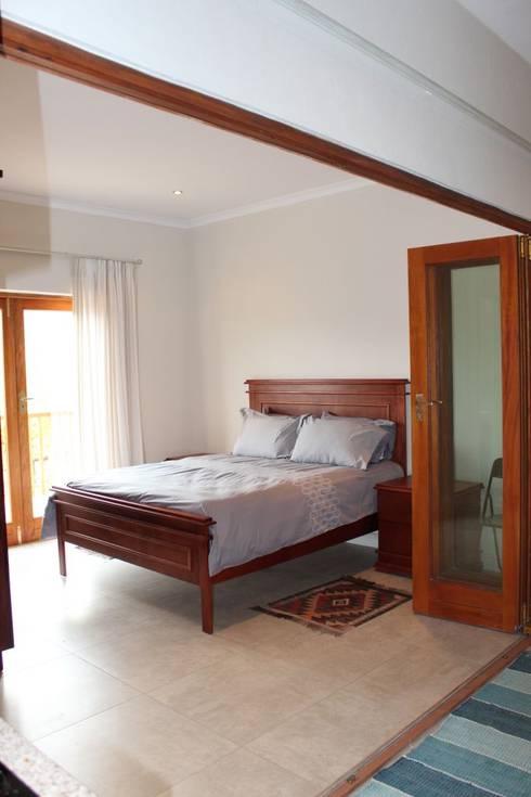 NOOIDGEDACHT FARM: classic Bedroom by Covet Design