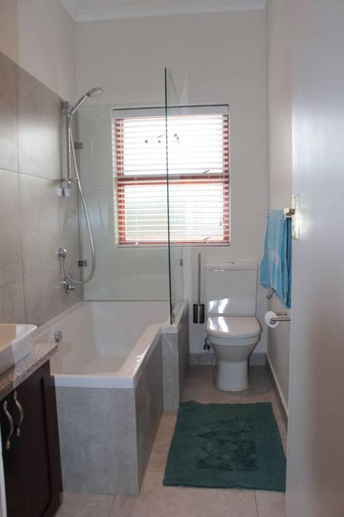 NOOIDGEDACHT FARM: classic Bathroom by Covet Design