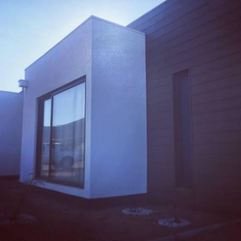 vista trasera dormitorios niños: Casas de estilo mediterraneo por Vinci studio