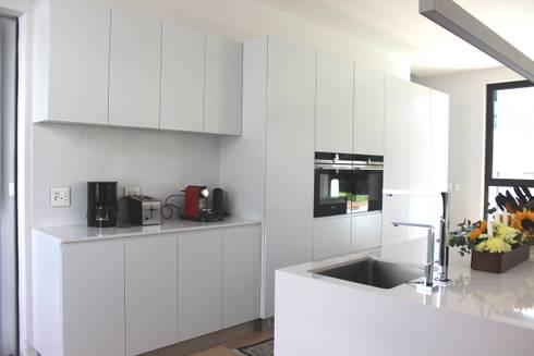kticheen: modern Kitchen by Première Interior Designs