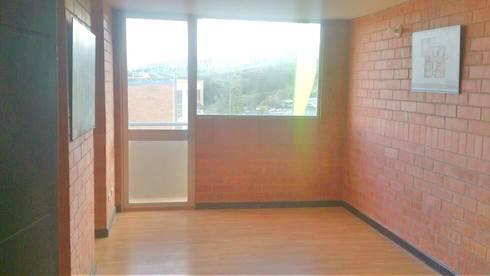 Sala Principal con balcon: Salas de estilo clásico por FARIAS SAS ARQUITECTOS