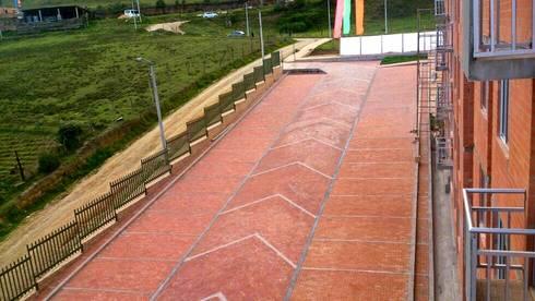 Zona de Paequeaderos: Garajes de estilo clásico por FARIAS SAS ARQUITECTOS
