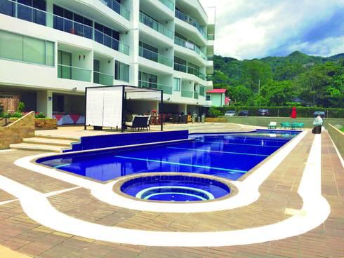 PISCINA: Piscinas de estilo tropical por FARIAS SAS ARQUITECTOS