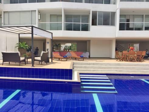 ESCALERAS- PISCINA: Piscinas de estilo tropical por FARIAS SAS ARQUITECTOS