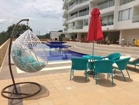 DECORACIÓN SILLAS: Piscinas de estilo tropical por FARIAS SAS ARQUITECTOS
