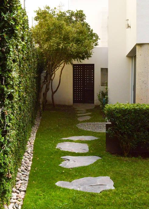 Remodelación Casa-Habitación 850m2: Jardines de estilo  por GHT EcoArquitectos