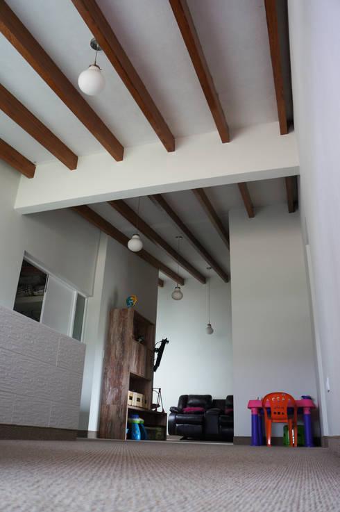 Salas de estilo rústico por malu goni