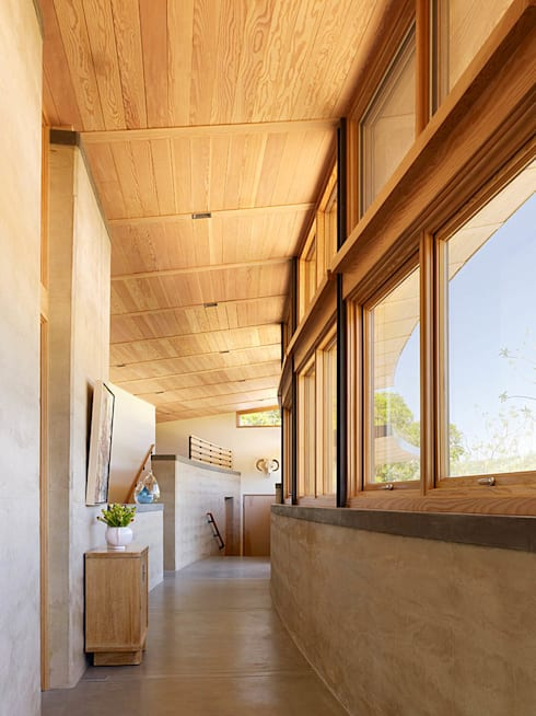 Caterpillar House:  Corridor & hallway by Feldman Architecture