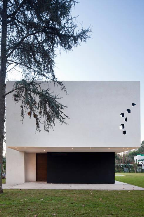 BLLTT House: Casas de estilo minimalista por Enrique Barberis Arquitecto